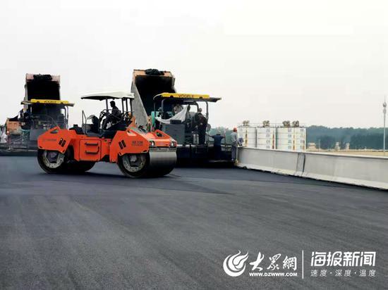 东明黄河公路大桥上正在进行沥青铺设作业