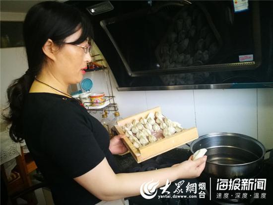义工队员给小峰(化名)煮饺子