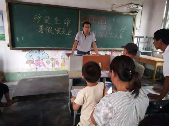 救人的语文老师伦学冬,放假前在为家长孩子讲授暑期安全知识