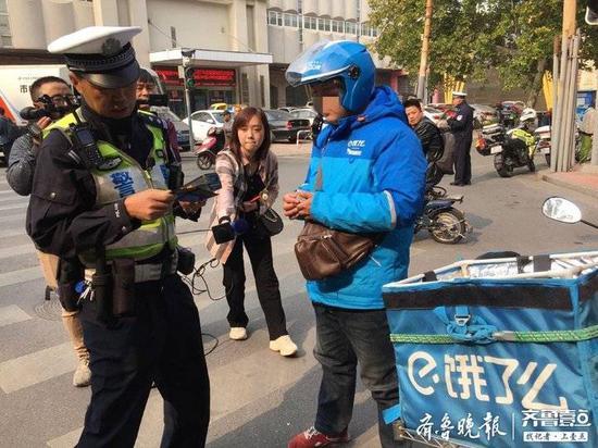 骑车看手机违法 济南交警在全市开展严查持续到月底