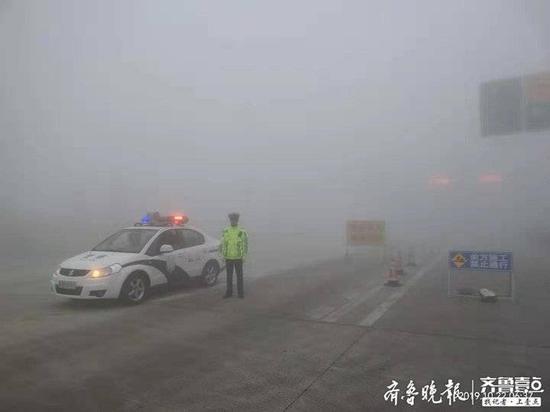 城阳今晨突降大雾 交警启动应急预案全员上路保交通