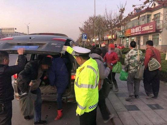 潍坊查获超员超载面包车 7座面包车塞进13个成年人