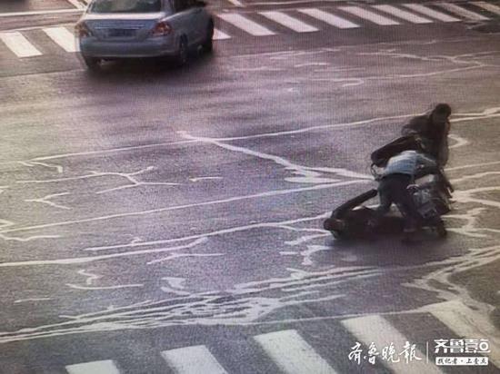 上学途中偶遇摔倒老人 滨州一学生的行为太赞了