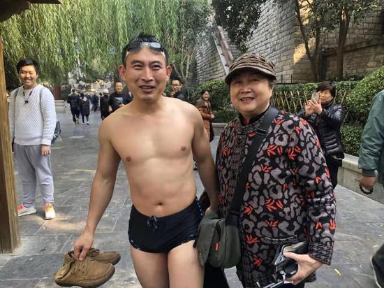 """济南寒冬4次下水帮游客捞手机的""""好心人"""""""