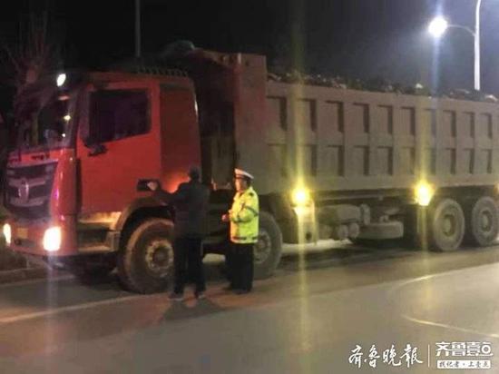 """两辆""""百吨王"""" 装了140多吨被周村交警查获"""