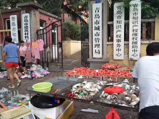 网传青岛市城管局门口摆摊图片系旧照 该处未开放