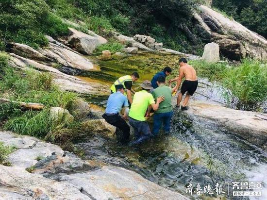 《【摩登2娱乐登陆官方】一天俩驴友受伤 一人瀑布滑落山涧一人悬崖跌落山沟》