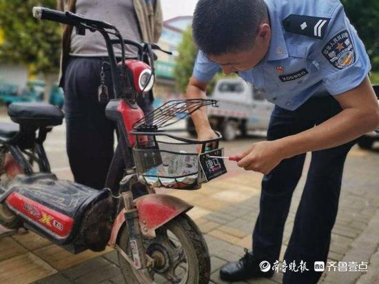 """车主这操作让执勤交警""""叹为观止"""" 他竟把电动车牌挂在了这里"""