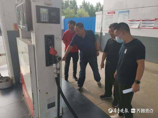 """加油站严禁手机""""扫码支付"""" 潍坊开展加油站专项整治"""