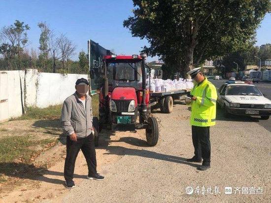 东港交警严厉打击拖拉机违反禁令标志违法行为