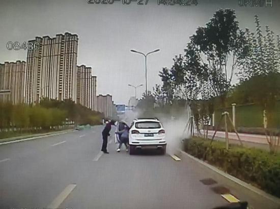 小车冒出黑烟 公交车驾驶员及时相助灭火