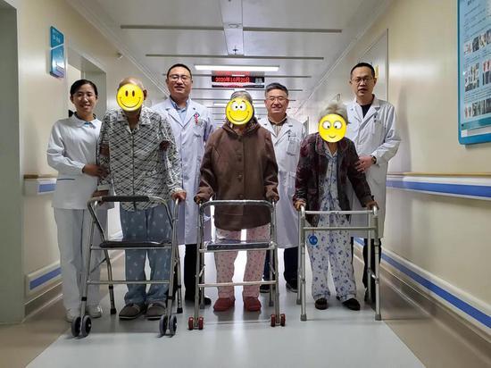 滨医附院骨关节外科成功实施三例高龄患者人工关节置换手术