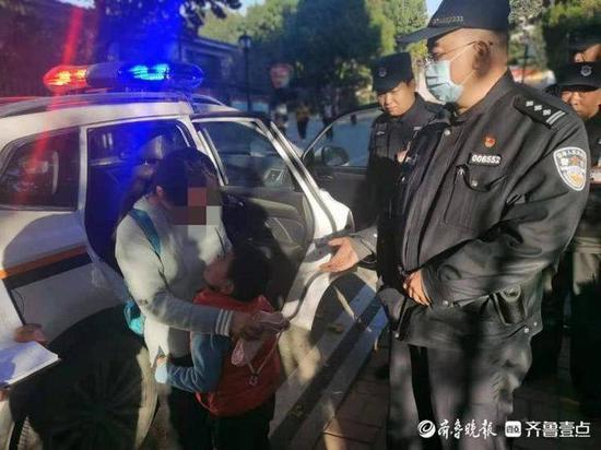 四岁小男孩走失在路边哭泣 民警出手帮他找回家人
