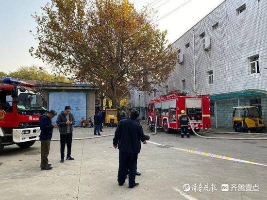 农大校内餐厅起火 事发两小时仍有消防车停留现场