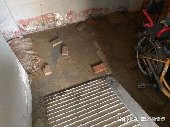多个小区污水井倒灌发出恶臭近一周未处理