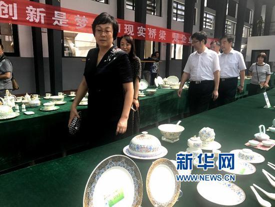 淄博市委常委、宣传部部长毕荣青参观1954文创园展区。(新华网江昆 摄)