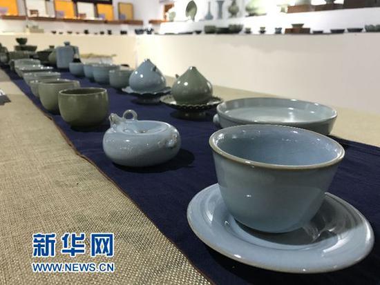 出自河南陶瓷艺术大师之手的瓷器亮相山东淄博陶博会。