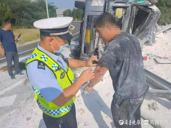 """货车侧翻司机被困 烟台高速上突降一支自发""""救援小队"""""""