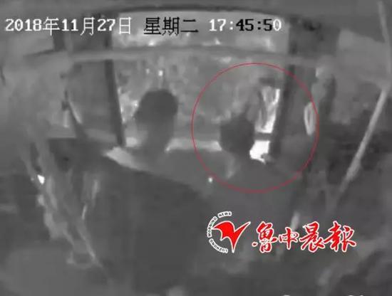沈敬尧下车时老人跟在后面把钱扔给了他。(视频截图)