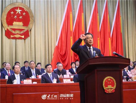 新当选的德州市人民政府市长刘炳国在会上向宪法宣誓。