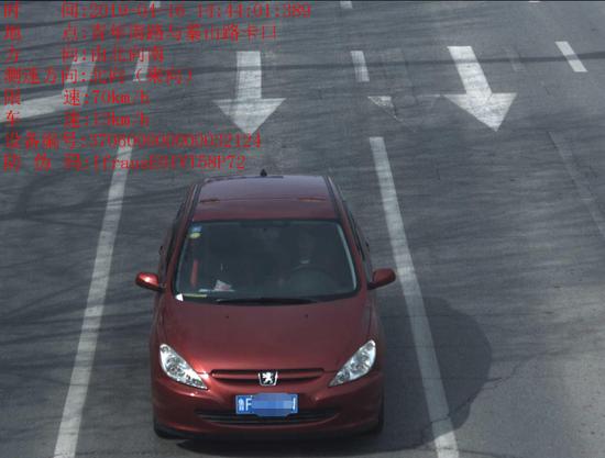 """【皇城彩票】烟台一司机撞倒护栏旋即离开 接受处理时称""""我不懂"""""""