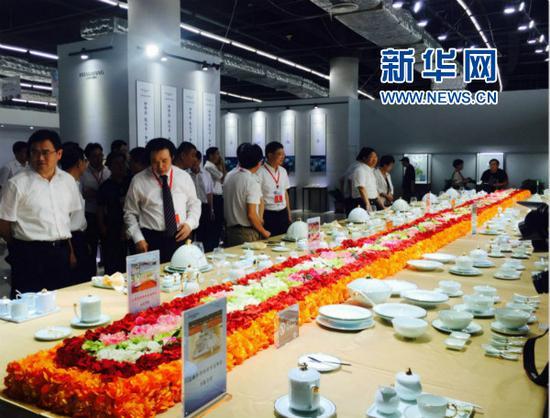 第十八届中国(淄博)国际陶瓷博览会开幕。图为华光国瓷展厅。