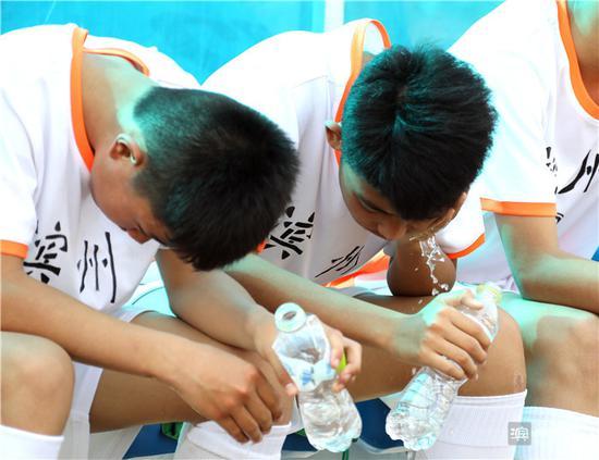 队员用水降温。