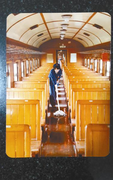 1981年,赵新华在7053次列车上工作。其时,列车还靠蒸汽机牵引。