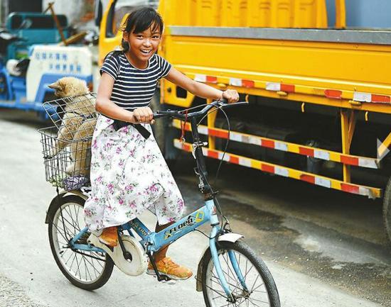 刘伊婷已经学会了骑自行车
