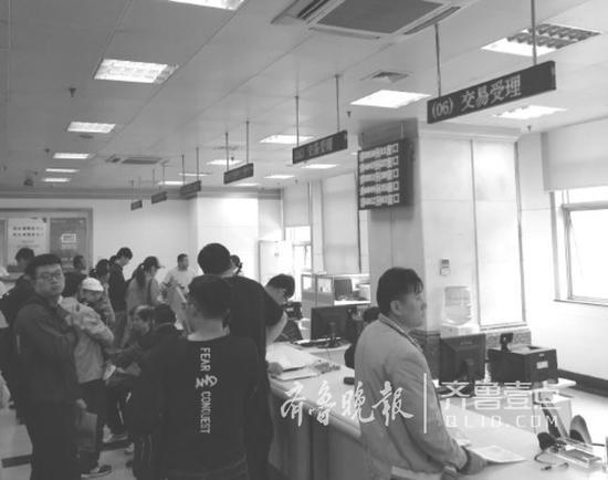 济南市房产交易大厅里,市民对房贷政策的变化很关注。记者张頔摄