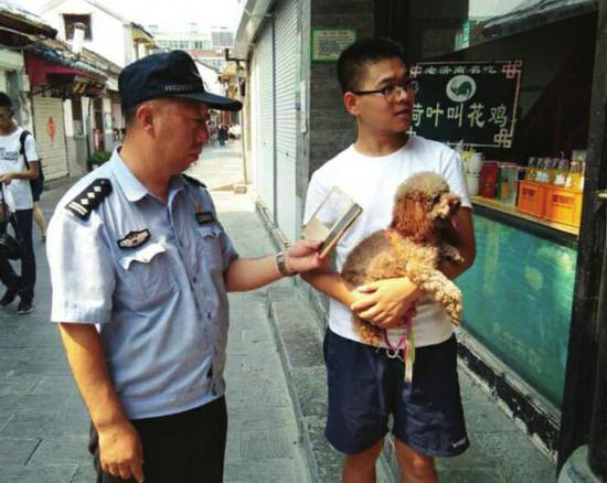 民警用手机检测犬只有无被处罚记录