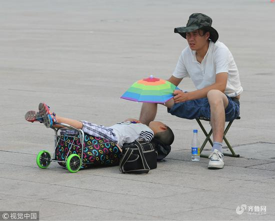 """孩子睡大街上居然还有""""遮阳伞""""?"""