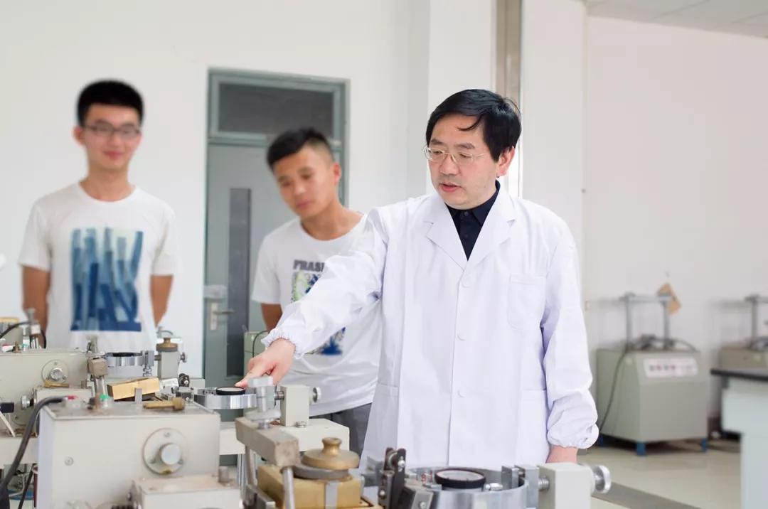 枣庄学院土木工程与环境灾害控制团队带头人 陈洪凯教授(右一)