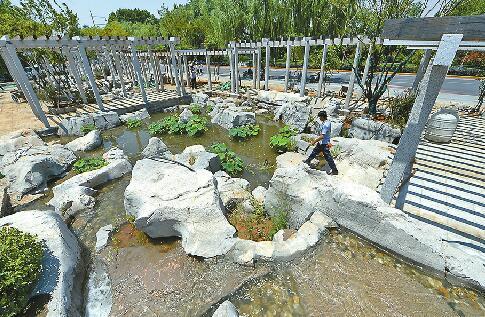明府城百花洲街区出入口的泉水景观基本建成 记者王锋 摄