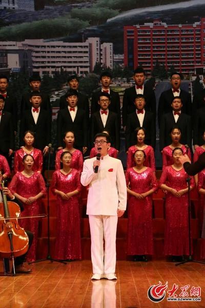 在一次团体合唱演出中,李国栋演唱歌曲。