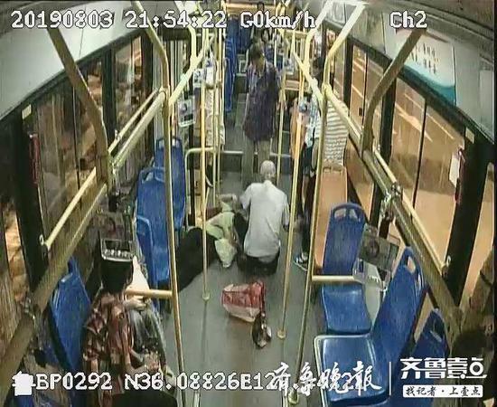 一天只吃了一顿饭 男青年一头扎在公交车地板上