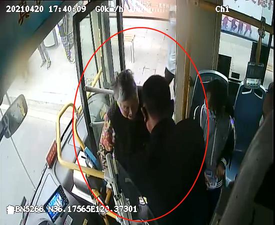 """青岛这辆公交车""""撵""""下乘客 为啥次停站只载一人"""