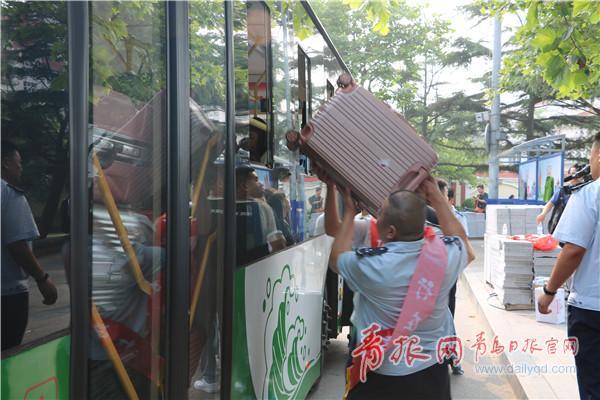 ▲志愿者为学子们搬抬行李。
