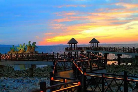 环游养马岛,看看秦始皇曾经遥望过的那片海天一色,看看我们在烟台的