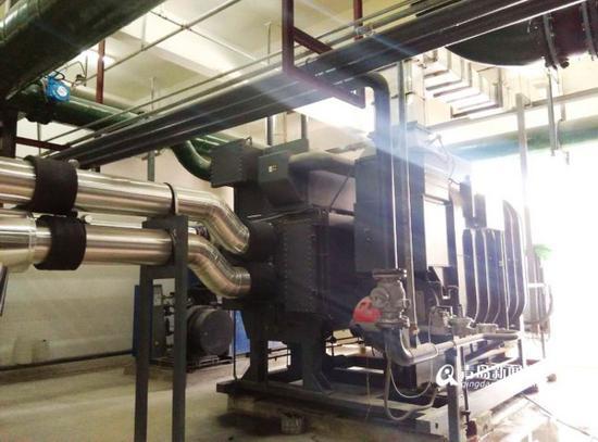 海水源热泵是采用热泵原理,通过少量的电能输入,将海水中的低位热能向高位热能转移的一种技术。目前,海水源热泵已在世界多个国家,尤其是北欧国家得到规模化应用。   海水源热泵投入应用,需要破解三大难题。一是海水腐蚀难题,海水含盐量高,主要含有氯化钠、氯化镁和少量的硫酸钠、硫酸钙,具有较强的腐蚀和较高的硬度。二十微生物滋养难题,海滨地区,潮汐运行往往使泥沙移动和淤积,在泥质海滩地区,更为明显,同时海洋附着物十分丰富,有海藻类、细菌、微生物,在适当的条件下大量繁殖,附着在取水构筑物、管道、设备上并容易造成堵塞