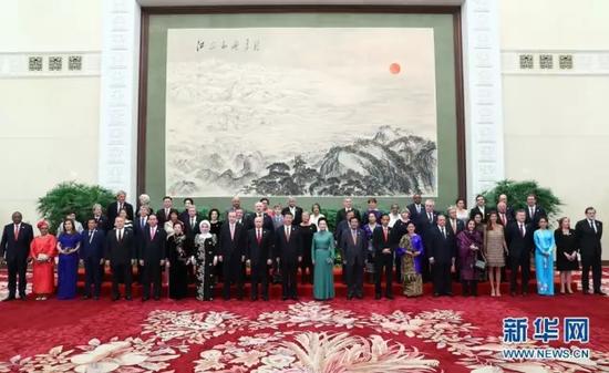 2017年5月14日,习近平主席和夫人彭丽媛同外方代表团团长及配偶集体合影留念。新华社记者谢环驰摄