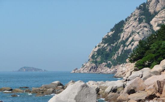 崂山风景区位于青岛市区以东的黄海之滨,距市中心40余公里,面积