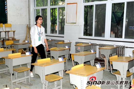 监考老师整理考场。