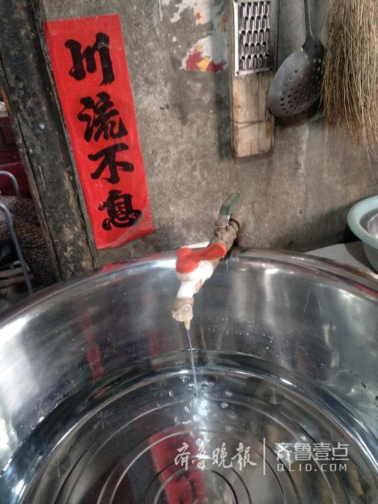 村民家土造自来水几近断流,一天只能接一点水。