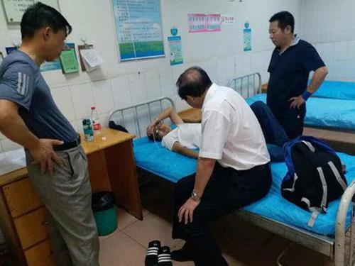 被打的罗斌在医院治疗
