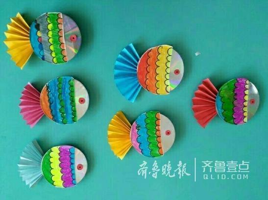 长清一幼儿园手工课上老师带着孩子们利用废旧光盘制作了各种五颜六色图片