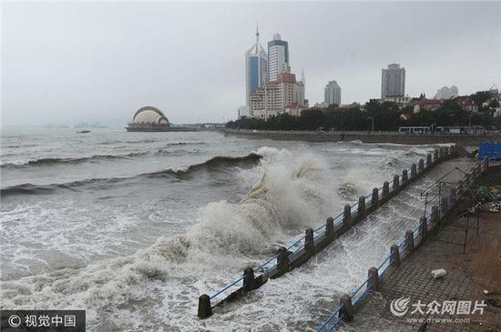 """3日,受今年第10号台风""""海棠""""减弱的低压环流影响,山东省青岛市即墨"""