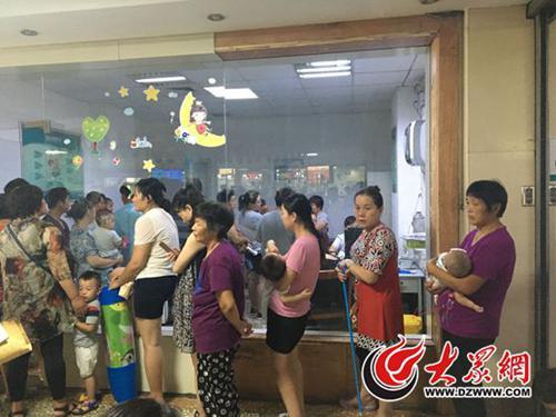上午8点,济南儿童医院门诊门口就排起了长队