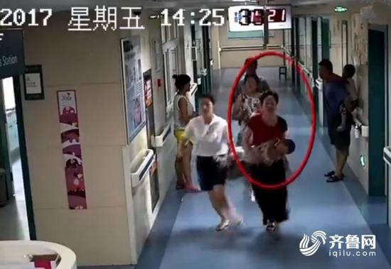 可以看得出来,红衣女子是在孩子性命攸关时刻伸手相救。那么她是谁呢?孩子现在的病情是否好转了呢?记者来到了诸城市人民医院。