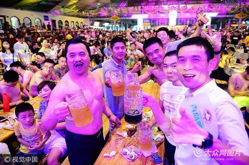 畅饮啤酒尽情狂欢度周末